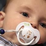 赤ちゃんにはいつからおしゃぶりを使わせていいの?その意味と影響は?